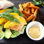 lachsburger mit acovado und mango