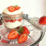 Erdbeerküchlein im Glas mit Quark-Kokos-Creme