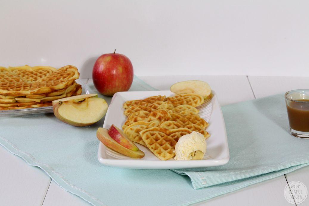 Waffeln mit geriebenem Apfel und schneller Karamellsoße