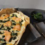 Spinat-Lachs-Flammkuchen mit Honig-Senf-Dip