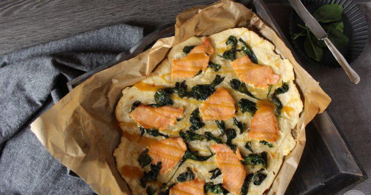 Knuspriger Flammkuchen mit Lachs, Spinat und Honig-Senf-Dip in 30 Minuten