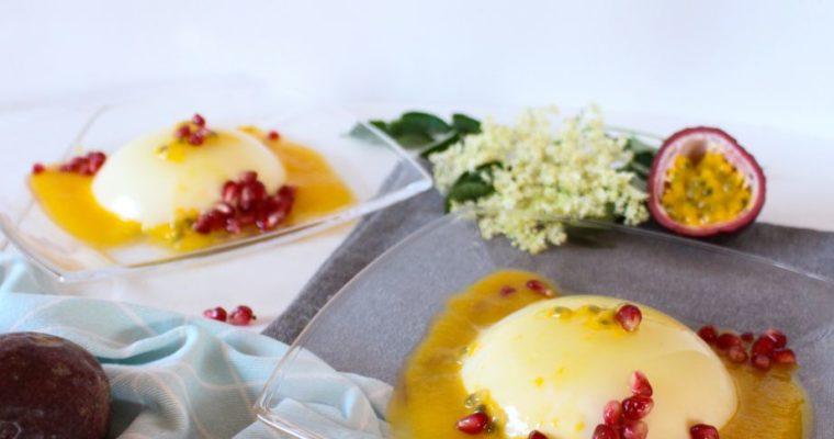 Fruchtige Holunderblüten Panna Cotta mit Pfirsich-Maracuja-Soße